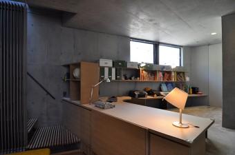 奥さんの仕事スペース。子供たちもその横で勉強や読書ができる。手前の収納にはTVが納められている。