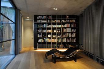 中庭前の書斎にル・コルビュジエとシャルロット・ペリアンによるシェーズロング。黒色が空間によく合っている。