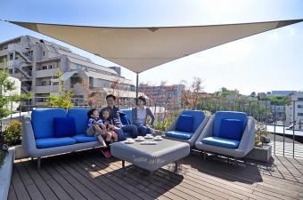屋上のソファはこの家のためのオリジナルデザイン((DRILL DESIGN)で、全天候対応。
