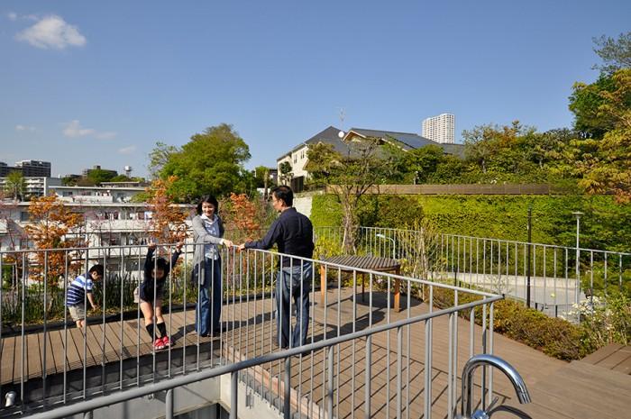 植栽は、季節ごとに花が咲くようにデザインされた。奥に見える公園の緑とのバランスも考えられている。
