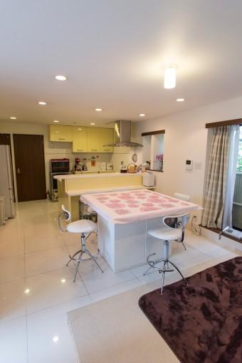 白をベースに、明るいカラーで彩り。床のタイルは油が染み込まず、掃除もしやすい。