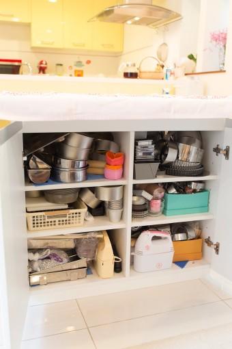 テーブルの下はたっぷり入る収納。たくさん揃う調理器具などをすっきりと収められる。