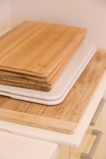 パン生地をこねるのに大切なまな板。人工大理石のものなど、何枚も揃える。