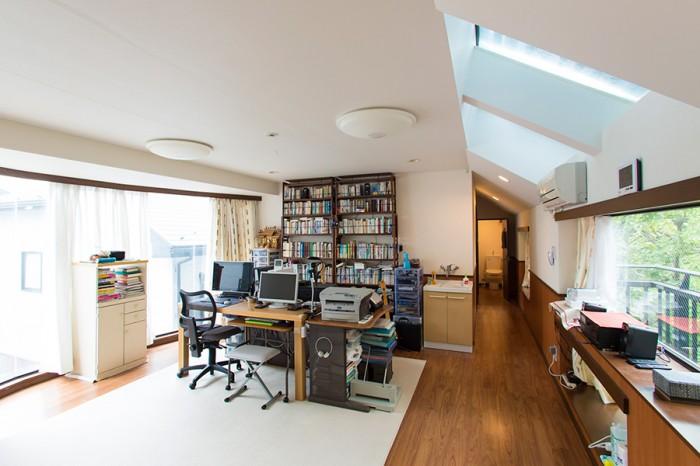 2階にある夫の書斎。東西、天井の開口部から光が差し込む、明るい空間。