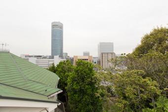 屋上のテラスから見える風景。都会にあって緑も豊かな好立地。