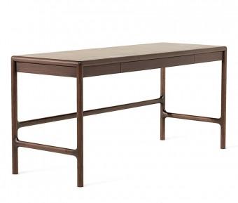 Arturo desk 2013年。クリストフ・ピレがデザイン。アメリカンウォールナット。トップは革もしくは木製。