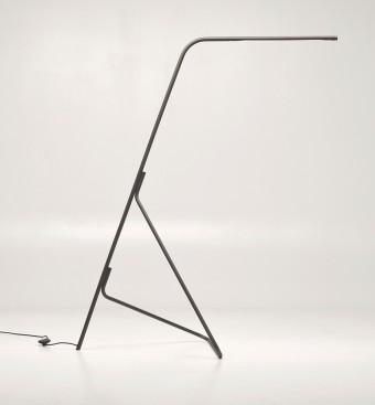 Lia floor lamp 2013年。ブラッシャーによるデザイン。本体真鍮、LED仕様。