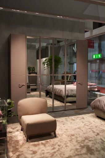 ワードローブはカスタマイズ式。4扉もしくは6扉構成で、表面の仕上げ(革、木、メタルなど)、ハンドル、内側の棚仕切りを好みで選べる。