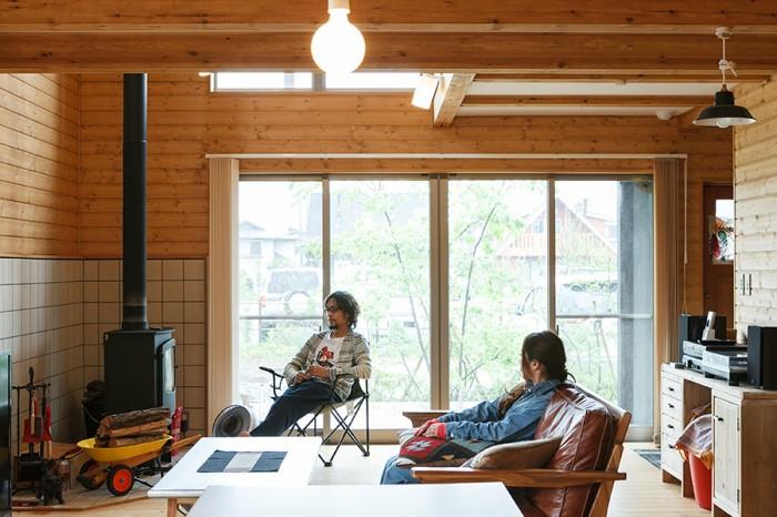 キッチンからリビングを見る。ソファの奥のスペースは吹き抜けになっている。ソファやカフェテーブル、ラグ、ダイニングセットなどの主な家具は、南青山のインテリアショップ「WTW」で選んだ。