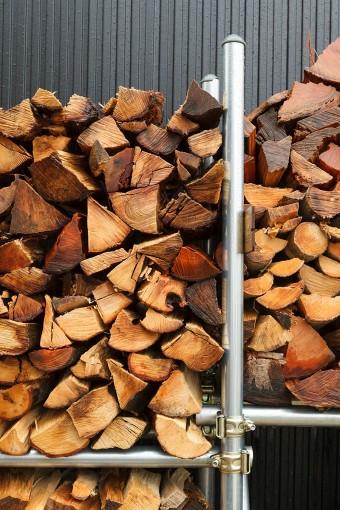 山口さんが組んだ薪のストック棚。夏に割った薪をここに置いて乾燥させる。
