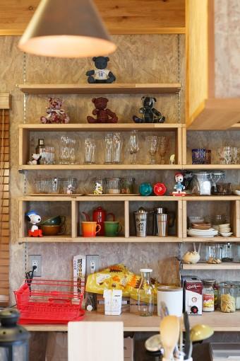 可動棚には、食器や雑貨をディスプレイ。毎年必ず二人で前夜祭から参加するフジロックフェスティバルのグッズも飾ってある。