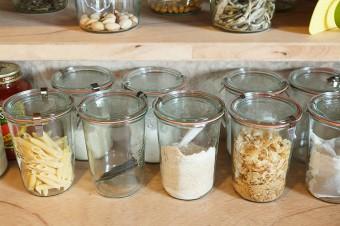 調味料や粉類は、WECKのキャニスターに移して収納。見やすく使いやすい。
