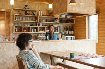 可動棚の壁、レンジフード、キチンカウンターのパネルは木の端材を圧縮したもの。ラフな質感が気に入っているそう。