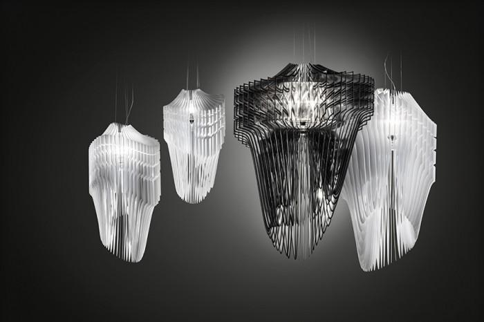 「Aria」(黒)「Avia」(白)Zaha Hadidデザイン。「Aria」はスランプ社が開発した特殊軽量素材クリスタルフレックス製の羽50枚を使用。同様に「Avia」はオパールフレックス製の羽52枚使用。