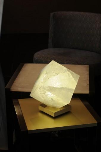 「Cube Anapurna」ロッククリスタル製。高さ16cmから32cmまでの3サイズ展開。一番小さいものは3kg、最大は25kg。