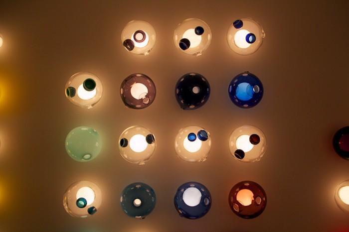 吹きガラスの偶発性を生かしたデザイン。
