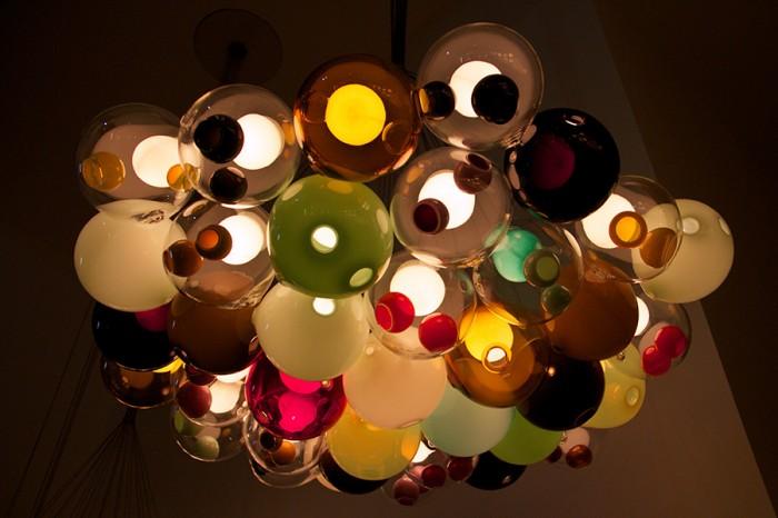 シリーズ「28」 無色のほかカラーバリエーションは豊富で、全体に色がついたもの、ホール部分のみに色がついたものに分かれる。単体、もしくは、このように複数個を束ねてシャンデリアにすることもできる。