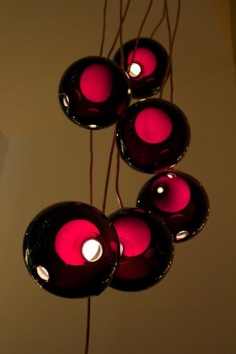「28」のバリエーション 暗色ガラスはドラマチックな雰囲気を与える。