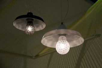「Art Bulb」Rony Pleslデザイン。昔ながらの工場ライトに、凹凸カッティングをほどこした電球型のガラスを組み合わせた。