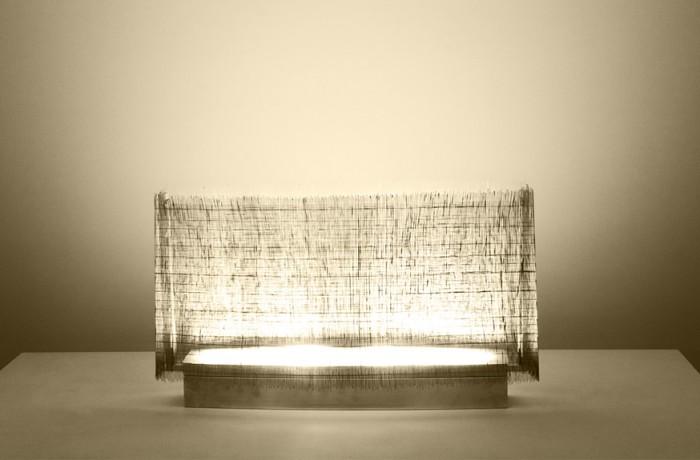 「weaving」極細いワイヤーですだれのように光源を覆っている。