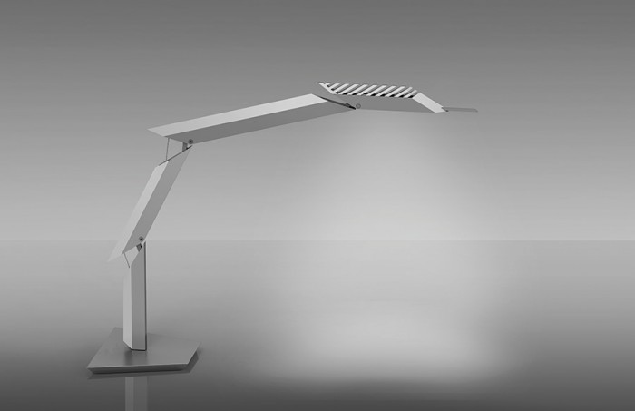 「Paragon」4つのセグメントが動くことでさまざまな形状を見せるテーブルライト。最上部は360度回転でき、残りの3つは水平方向に90度まで曲がる。LED仕様。