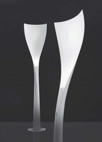 「Solium」Karim Rashidデザイン。ガラスファイバー製の流れるようなラインがデザイナー曰く「ソフィア・ローレンのように」美しいフロアライト。