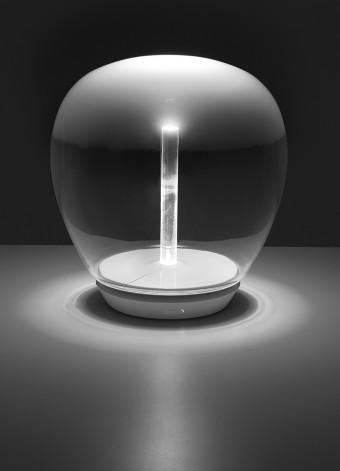 「Empatia」Carlotta de Bevilacqua & Paola di Arianelloデザイン。ヴェネツィアのガラス職人とのコラボレーションによる吹きガラスドームのテーブルライト。LED仕様。スタンドをつけてフロアライトに、またペンダントライトにもアレンジできる。