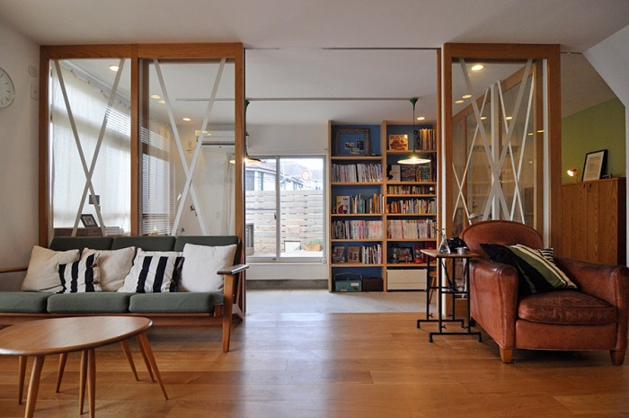 リビングから土間を通してデッキを見る。ウェグナーのソファは、奥さんがこの家でいちばんお気に入りの場所。寝転んで、映画観たりとか本読んだりするのが好きという。