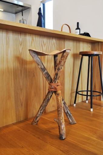 キッチンカウンター前にあるのは、石沢さん手作りの椅子。