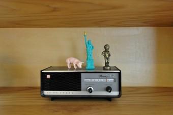 アウトドアフェスティバルでのフリーマーケットで見つけたラジオ。「NATIONAL PANASONIC」の文字がある。