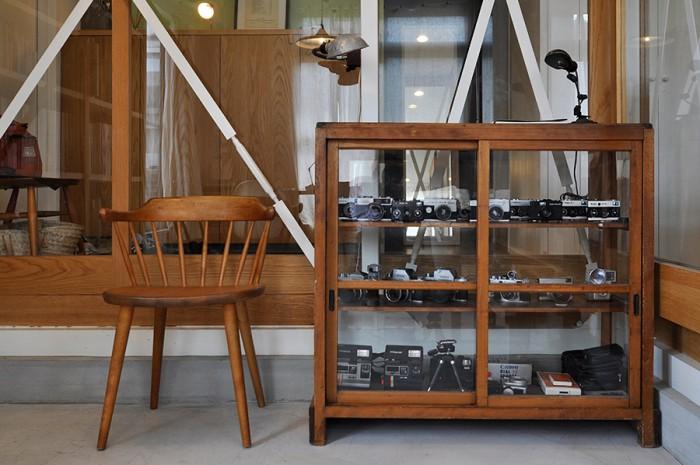 石沢さんのコレクションを収めたカメラ棚は以前から持っていたもので、この家の空間デザインの基となった家具のひとつ。