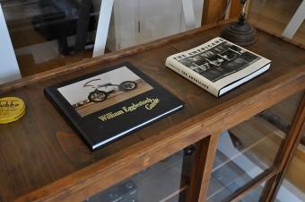 カメラ棚の上には、ウィリアム・エグルストンとロバート・フランクの写真集。