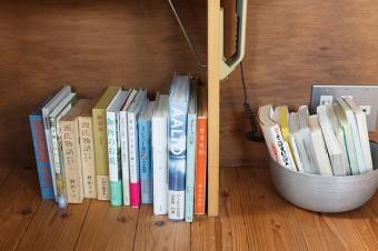 本好きの広二さんと千晶さん。本棚以外にも、住まいの各所に建築や料理など様々なジャンルの本が置いてある。
