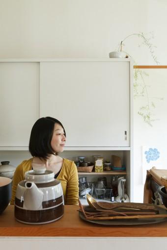 キッチンの背面には大きな造りつけの食器棚。日常で使う食器類はすべてこの棚に収められている。
