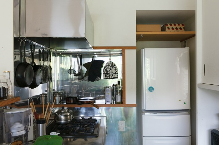 使いこまれた道具が並ぶキッチン。内側の壁やレンジフードは手入れをしやすいようにステンレス張りになっている。