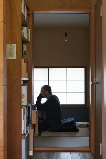和室は勾配天井の最も低い部分にあたるため、天井高が抑えられ落ち着いた雰囲気。裸電球が不思議とマッチしている。