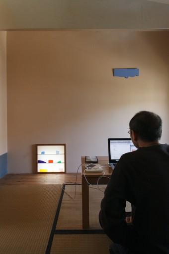 床の間のブルーのオブジェは、この家の門扉の作者でもある本間純さんのもの。地窓には工事現場で余った色硝子を置いて。