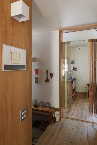 玄関の奥が千晶さんの仕事場。玄関には造りつけのベンチが。