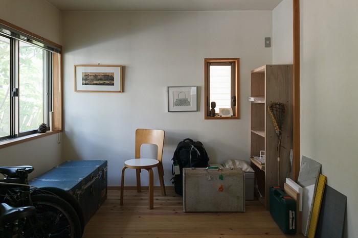 千晶さんの仕事場。ご両親から譲り受けた大きなトランクやアアルトの椅子など、大切にしているものが置かれている。