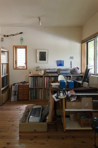 千晶さんの机は、師である小井田康和氏から譲り受けた製図台。白い背だけが見えている椅子は、ヤコブセンのタンチェア。