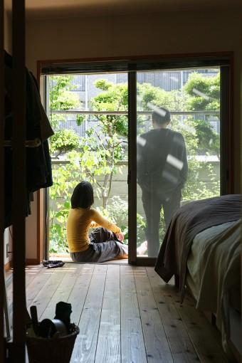 1階の南側にある寝室の縁側で、庭を見ながらくつろぐふたり。