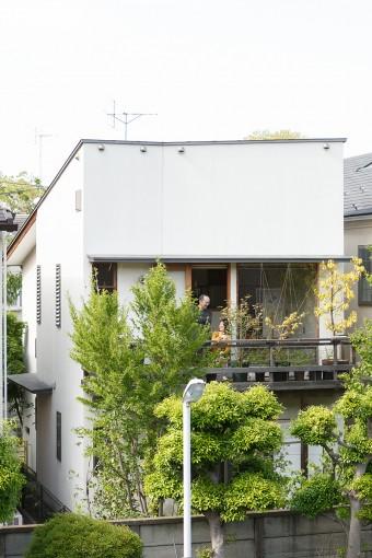 南側外観。勾配屋根の形状がよくわかる。