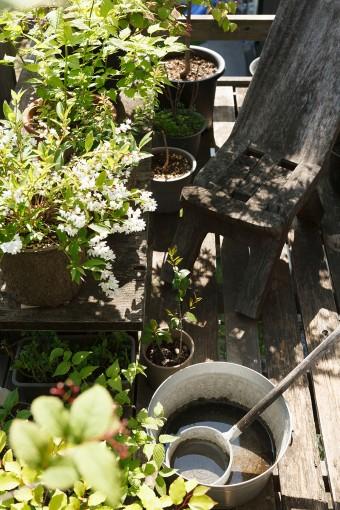 2階のバルコニー。一服する人のために木の椅子が置いてある。