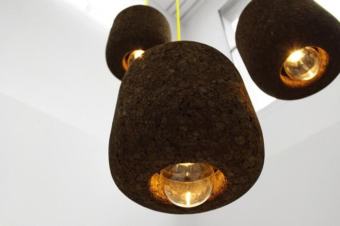 「POPCORK」Tania da Cruzデザイン。生のコルクは熱を加えると、膨張し、互いにくっつく性質があることを利用して成型した照明。加熱→膨張というプロセスがポップコーンを思わせるという言葉遊びのネーミング。 www.taniadacruz.com