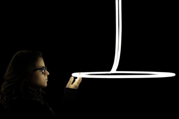 「ARCO」Miguel Soeiroデザイン。ネオンの特性を生かした柔らかな動きは、お馴染みの素材の新しい一面を引き出す。長時間露光の写真を見ているようなイメージだという。