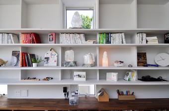2階には、石や本、カメラなど砂子さんの好きなモノが収められた棚がある。
