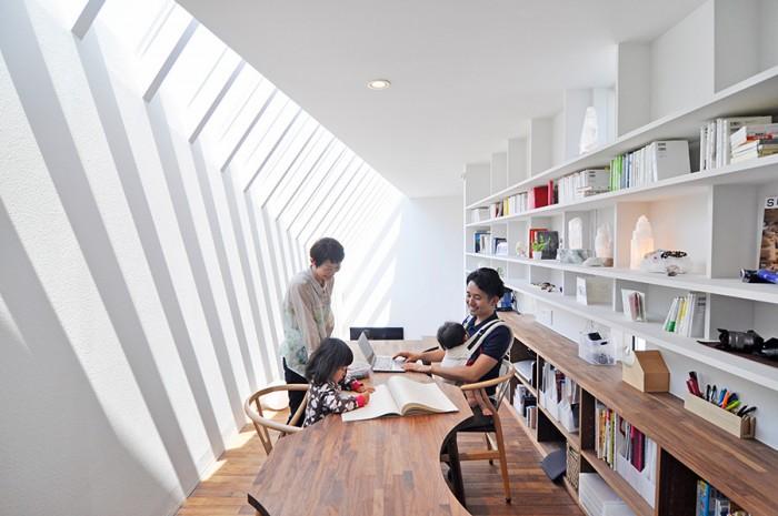 砂子さんは中の間と呼ばれるこのスペースがお気に入りという。その理由は、「パソコンをしたり読書や音楽鑑賞をしながら、下で子供たちが遊んでいるのが見えたり、奥さんがキッチンで何かしてるのを感じることができるから」。ここでセミナーも行われる。