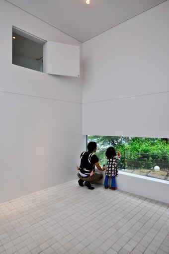 ギャラリーは、住居の1空間だと、趣味部屋みたいになってしまうので、中庭に面した1階に個室として独立させた。