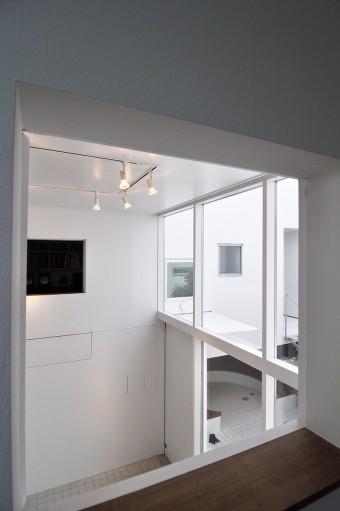 〇〇よりギャラリーを見る。向こうに見えるのは砂子さんのオフィスの開口。