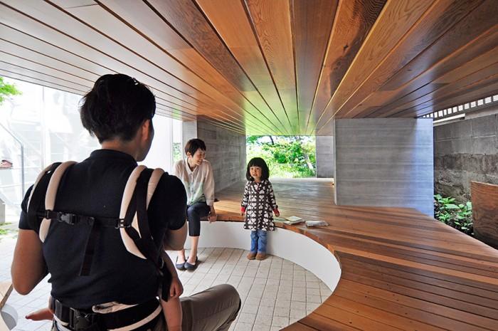 砂子さんのオフィスの下にあるスペース。円形に座れるようになっている。奥には、壁柱によって切り取られた緑の風景が見える。